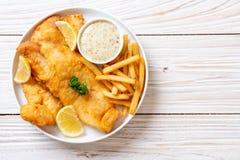 Рыбы и обломоки с французскими фраями стоковая фотография