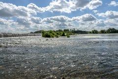 Рыболовы улавливают рыб около платины стоковые фото