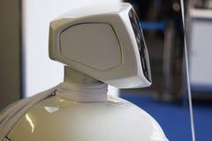 Робот, новая модель которая присоединяется к эксклюзивному клубу роботов гуманоида Экран касания, curvy дизайн Роботы обслуживани стоковые фотографии rf