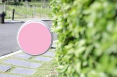 Розовый круг подписывает в саде утра стоковое изображение rf