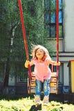 Романтичная маленькая девочка на качании, сладкие мечты мечта детства Свобода Спортивная площадка в парке Небольшой ребенк играя  стоковые изображения rf