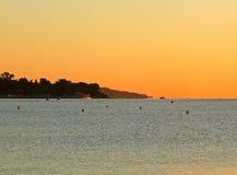 Романтичный восход солнца на пляже около гаван St Tropez во Франции в Европе стоковые изображения
