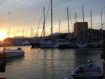 Романтичный восход солнца на пляже около гаван St Tropez во Франции в Европе стоковая фотография rf