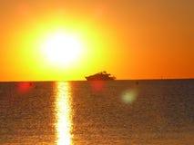 Романтичный восход солнца на порте Grimaud пляжа около St Tropez во Франции в Европе стоковое изображение