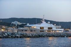Роскошная гавань St Tropez яхты стоковые фотографии rf