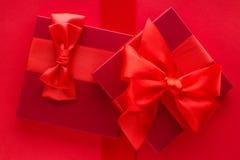 Роскошные праздничные подарки на красном цвете стоковая фотография