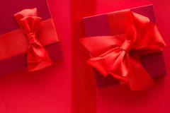 Роскошные праздничные подарки на красном цвете стоковое фото rf