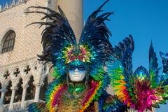 Роскошный красочный костюм в Венеции, масленице стоковая фотография rf
