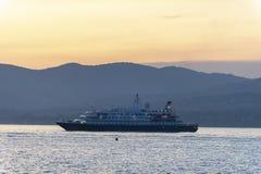 Роскошное cruiseship St Tropez на заходе солнца стоковые фотографии rf