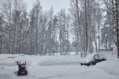 Россия Санкт-Петербург слободско Январь 2019 высыпание сильного снегопада автомобиль со снегом стоковое изображение