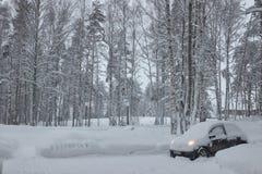 Россия Санкт-Петербург слободско Январь 2019 высыпание сильного снегопада автомобиль со снегом стоковые фото