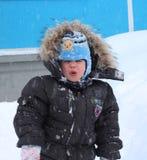 Ñ  Ñ€ÑƒÑ  Ñ  mała chłopiec jest nieszczęśliwa i robi twarzom za odprowadzeniu w zimie zdjęcia stock
