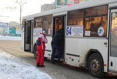 Ñ  Ñ€ÑƒÑ  Ñ  mnóstwo ludzie czekać na pasażerów przy przystanku autobusowego transportem publicznym w Novosibirsk w zimie obraz stock