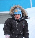 Ñ- руÑ- Ñ  wenig Baby ist unglücklich und sie macht die Gesichter heraus gehend in den Winter stockfotos