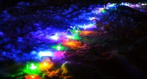 Ñ-hristmas tänder girlanden på snön på natten Royaltyfri Foto