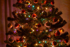 �hristmas tree with lights and decoration in dark room Royalty Free Stock Photos