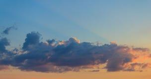 Ñ  louds na tle jasny niebo przy zmierzchem Zdjęcia Royalty Free