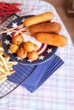 Ñ  orndog με τις τηγανιτές πατάτες Στοκ Εικόνες
