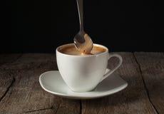 Ñ- upp av kaffe med tjockt av cremaen Royaltyfri Bild