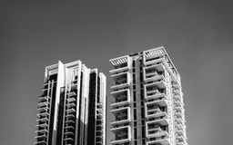 ÑAME DEL PALO, ISRAEL 3 DE MARZO DE 2018: Alto edificio residencial contra un cielo azul en el ñame del palo, Israel Fotografía de archivo