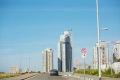 ÑAME DEL PALO, ISRAEL 3 DE MARZO DE 2018: Altos edificios residenciales en el ñame del palo, Israel Imágenes de archivo libres de regalías