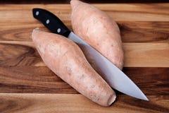 Ñames y cuchillo Foto de archivo libre de regalías