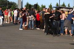 ò cão anual Derby Fans da salsicha e espectadores fotos de stock