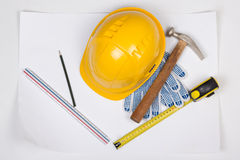 Żółci budowniczy pracy i hełma narzędzia nad bielem Fotografia Royalty Free
