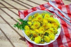 Żółci dandelions na talerzu Fotografia Royalty Free
