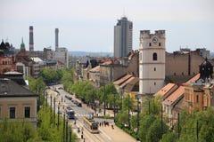 Żółci i błękitni tramwaje w Debrecen, Węgry w pogodnym wiosna dniu Obraz Stock