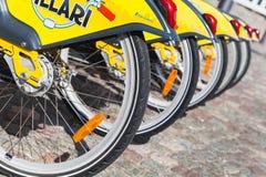 Żółci miasto bicykle dla czynszu stojaka z rzędu Fotografia Stock
