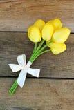 Żółci tulipany i łęk Fotografia Royalty Free