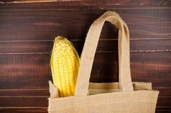 Żółta świeża kukurudza odizolowywająca na białym tle Zdjęcia Royalty Free