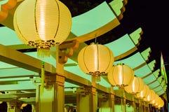 Żółta Chińska Papierowych lampionów dekoracja brać przy nocy ulicą w Tajlandia Fotografia Stock