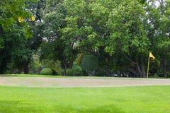 Żółta flaga przy pięknym polem golfowym Obrazy Stock
