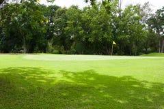 Żółta flaga przy pięknym polem golfowym Fotografia Stock
