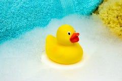 Żółta gumowa kaczka z skąpanie pianą Obrazy Stock
