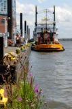 Żółta holownik łódź w porcie Hamburg przy molem Zdjęcie Royalty Free