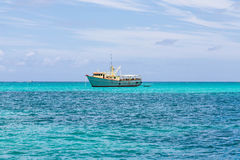 Żółta i Biała łódź rybacka w Aqua wodzie Zdjęcia Royalty Free