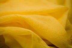 Żółta jedwab oferta barwił tkaninę, elegancja pluskoczący materiał Zdjęcie Stock