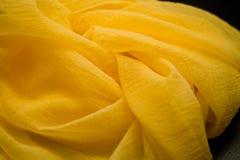 Żółta jedwab oferta barwił tkaninę, elegancja pluskoczący materiał Obrazy Stock