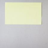 Żółta kij notatka na szarym tle zdjęcia royalty free