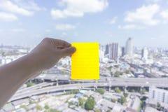 Żółta kleista notatka, stawiająca dalej miastowa scena z niebem i chmury, Obraz Stock