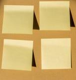 Żółta kolor notatka na kartonu papierze Zdjęcie Stock
