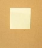 Żółta kolor notatka na kartonu papierze Obrazy Stock