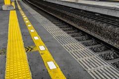 Żółta linia dla ochrony linii robić od powstaje gumę dla niewidomych ludzi w dworzec fotografii brać w Dżakarta Indonezja Zdjęcie Royalty Free