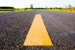 Żółta linia na drodze, sposób sukces obrazy royalty free