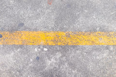 Żółta linia na drogowej teksturze Obrazy Stock