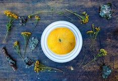 Żółta melonowa połówka i wildflowers Zdjęcia Royalty Free