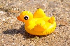Żółta nadmuchiwana kaczka Obrazy Stock